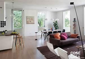 """Una casa con il soggiorno open space che diventa più grande e un bagno che si """"splitta"""" in tre"""