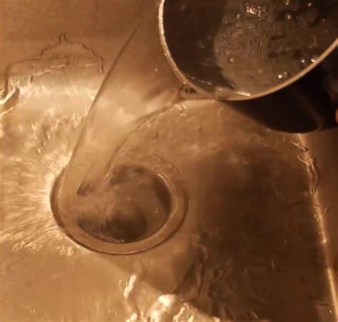 Rohr Machen Hausmittel by Er Sch 252 Ttet Ein Einfaches Hausmittel In Den Abfluss Und