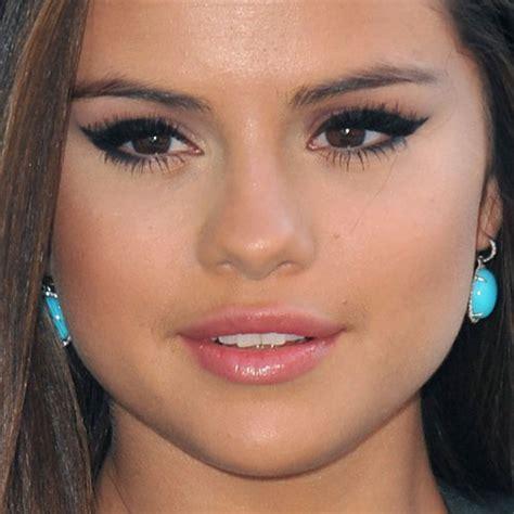 selena gomez makeup black eyeshadow pink lip gloss