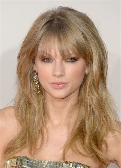 taylor swift messy long blonde wavy hairstyle with bangs