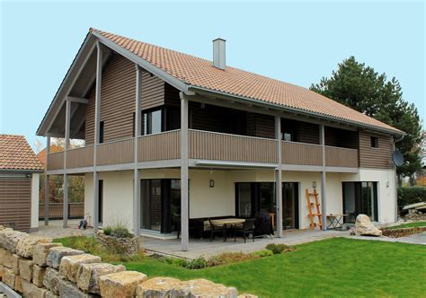 Moderne Häuser Balkon by Einfamilienhaus Holzhaus Satteldach Holzfassade Modern