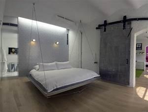 Hangendes bett im schlafzimmer mit weisser und grauer for Weißer schimmel im schlafzimmer