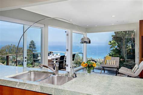 agencement cuisine ouverte sejour maison avec vue splendide sur l océan en californie