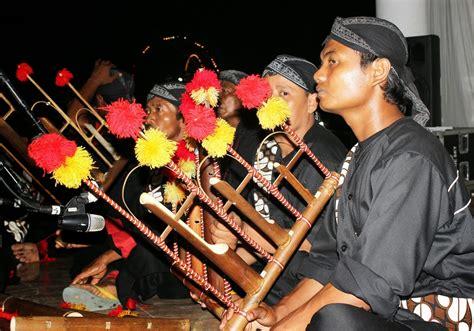 Gaya musik barat bersifat bebas dan tidak terikat terhadap berbagai macam bentuk aturan. 3 Alat Musik Tradisional Jawa Timur - TradisiKita, Indonesia