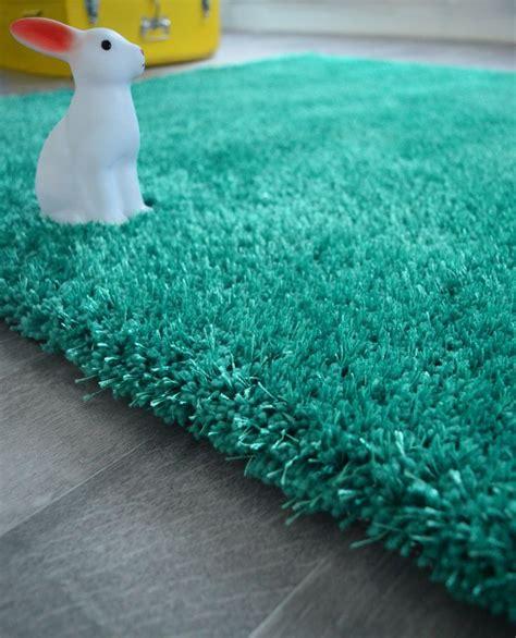 un joli tapis tout doux bleu turquoise pour une chambre
