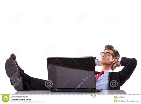 bureau homme d affaire l 39 homme d 39 affaires dort sur bureau photo stock image