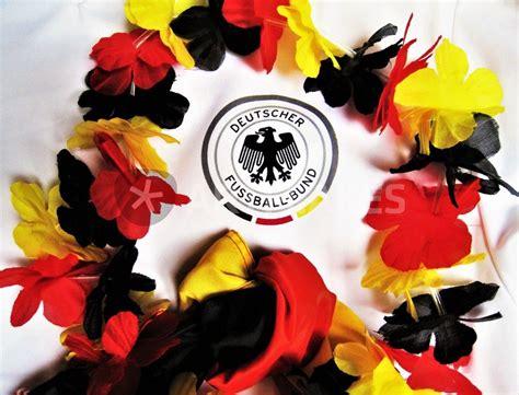 """Eine deutschland deko kann man folglich wunderbar mit den farben schwarz, rot und gold (oder gelb) ausrichten. """"Fußball-WM Fan-Deko, mit Trikot und Girlande in ..."""