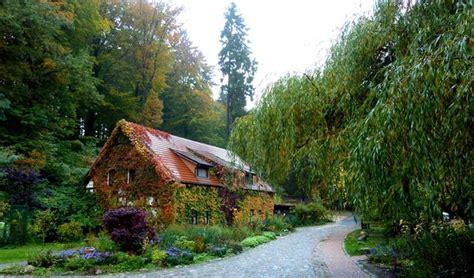 Hexen-häuschen Mit Garten Im Herbst