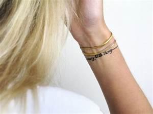 Tattoo Vorlagen Handgelenk : ein kleines armband tattoo mit schrift auswahl tatoos pinterest tattoo ideen tattoo ~ Frokenaadalensverden.com Haus und Dekorationen