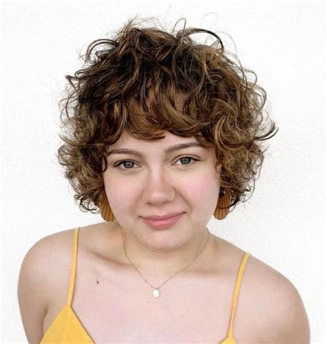 Flattering-Hairstylesfor-Round-Faces-Curly