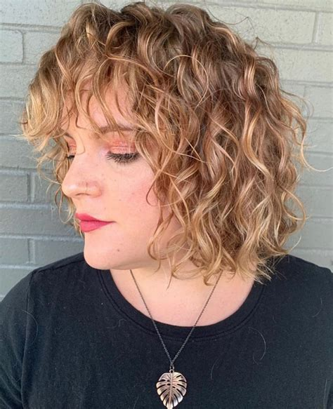 Short-Curly-Hairstylesfor-Oval-Faces