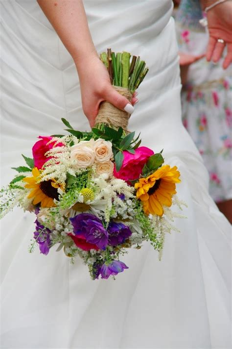 Simple-DaisyWedding-Bouquets